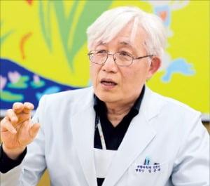 """지체장애 의사 김윤태 병원장 """"장애는 불편할 뿐…꿈을 막을 순 없죠"""""""