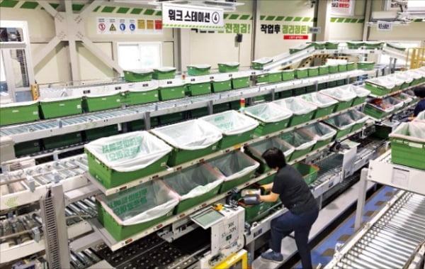 롯데마트 스마트스토어. 소비자들이 쇼핑하는 매장에 컨베이어 벨트 등 배송 시스템이 갖춰져 있다.   롯데지주 제공