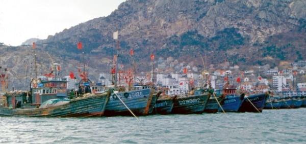 장보고가 세운 법화원이 있는 중국 산둥성의 척산과 석도만. 원조선과 제나라 간의 무역항이었다.