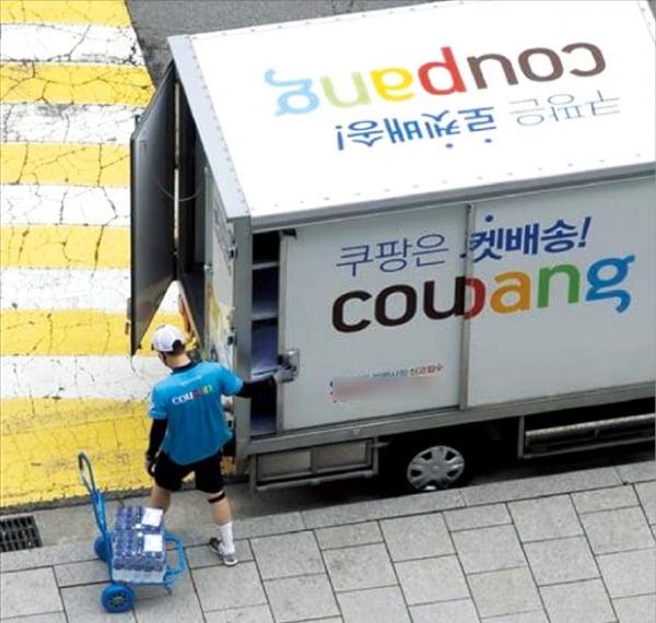 쿠팡은 미국 뉴욕증권거래소(NYSE) 상장으로 조달하는 신규 자금을 한국의 물류 인프라 구축 등에 투자하기로 했다. 지난 일요일(14일) 서울 종로구에서 쿠팡 기사가 택배 배송 작업을 하고 있다.   연합뉴스