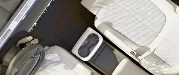 현대자동차가 15일 공개한 '아이오닉 5'의 내부 이미지. 운전석과 동승석 사이의 콘솔이 앞뒤로 움직여 공간을 자유롭게 활용할 수 있다.  현대자동차  제공