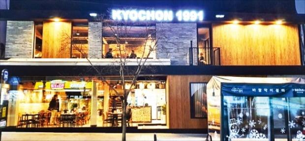 지난해 1월 문을 연 교촌치킨 서울 숙대점. 매장 면적이 1, 2층을 합쳐 214㎡(약 65평)에 달한다.  교촌에프앤비 제공