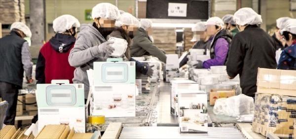 여당 의원들이 포장재에 대한 사전 검사를 의무화하는 법안을 발의하면서 업계의 반발이 거세다. 한 제조업체에서 직원들이 포장작업을 하고 있다.   한경DB