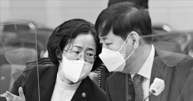 [포토] 답변 조율하는 공정거래위원장
