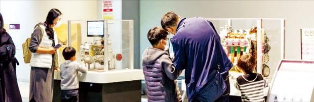 관람객들이 17일 부산 기장군 국립부산과학관 상설전시관에서 자동차 엔진을 작동해보고 있다.  국립부산과학관 제공