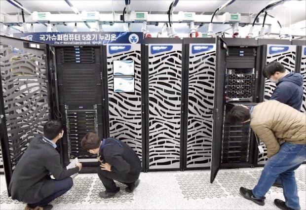 한국과학기술정보연구원(KISTI) 직원들이 인공지능(AI) 기술 고도화에 필수적인 슈퍼컴퓨터 '누리온' 성능을 점검하고 있다. /대전=김영우 기자 youngwoo@hankyung.com