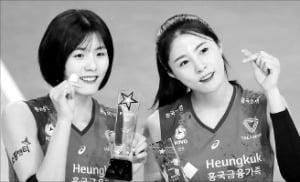 학교폭력 논란이 불거진 여자 프로배구팀 흥국생명의 이재영(왼쪽)·이다영 자매.  /연합뉴스