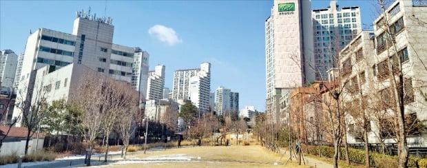 경의선숲길이 정비되면서 지하철역에 공원까지 갖춘 효창공원 일대 집값이 상승하고 있다. 경의선숲길을 사이에 둔 효창파크푸르지오(오른쪽)와 도원삼성래미안(왼쪽).   /윤아영  기자  youngmoney@hankyung.com