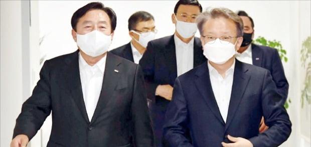 권칠승 중소벤처기업부 장관(오른쪽)이 17일 김기문 중기중앙회장과 함께 간담회장으로 입장하고 있다.   /김영우  기자  youngwoo@hankyung.com