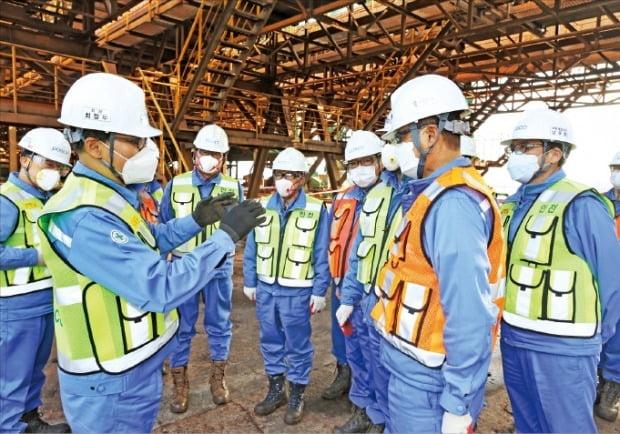 최정우 포스코 회장(왼쪽 두 번째)이 지난 16일 포항제철소 사고 현장을 찾아 시설을 점검하고 임직원에게 개선사항을 당부하고 있다.  /포스코 제공