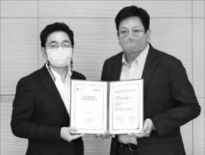 서재용 LG유플러스 상무(오른쪽)와 윤병동 원프레딕트 대표가 업무협약을 맺은 뒤 기념 촬영하고 있다.  /LG유플러스 제공