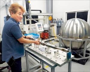 윤호성 스페이스솔루션 이사가 다이어프램 탱크 등 핵심 장비를 소개하고 있다.