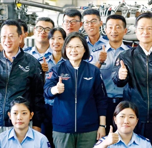 대만이 미·중 분쟁의 반사이익과 반도체산업 육성 등에 힘입어 한국보다 뛰어난 경제 성적을 내고 있다. 사진은 차이잉원 대만 총통(둘째줄 가운데)이 지난해 9월 가오슝 공군기지를 방문했을 때의 모습.  /EPA연합뉴스