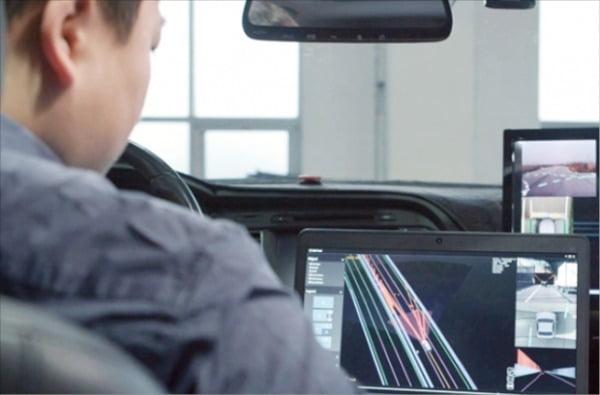 현대모비스 기술연구소 직원이 차량 센서를 통해 주행 상태를 파악하는 시뮬레이션 작업을 하고 있다.  현대모비스 제공