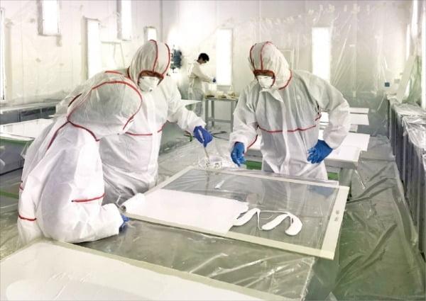 조선업 생산기술 인력양성 과정에 등록한 교육생들이 선박 제조와 관련된 실습을 하고 있다.  중소조선연구원 제공