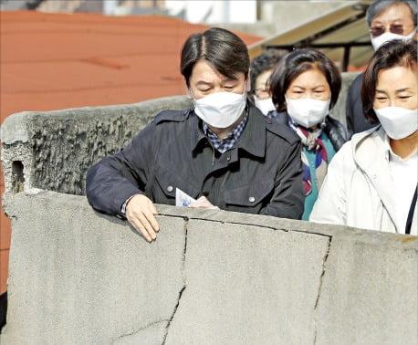 서울시장 보궐선거에 출마한 안철수 국민의당 대표(왼쪽)가 21일 서울 성북5구역을 방문해 노후 주거 현장을 둘러보고 있다. 국회사진기자단