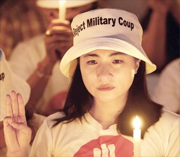 < 미얀마 시위대 희생자 애도 > 지난 20일 미얀마 최대 도시 양곤의 미국대사관 앞에서 미얀마의 한 배우가 쿠데타 항의 시위의 첫 민간인 희생자 마뚜웨뚜웨카인을 기리며 울고 있다. 마뚜웨뚜웨카인은 9일 경찰이 쏜 총에 머리를 맞고 중태에 빠진 지 열흘 만에 숨졌다.  EPA연합뉴스