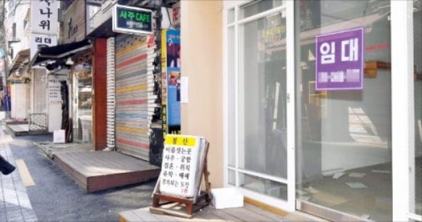 서울 이화여대 인근 골목에 점포마다 '임대 문의' 안내문이 붙어 있다.   김영우 기자 youngwoo@hankyung.com