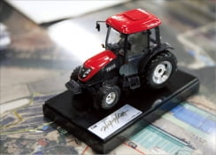 ▲ 박스형 일색이던 트랙터 디자인에 유선형을 가미한        새로운 디자인으로 호평받은 T603(T483) 트랙터.