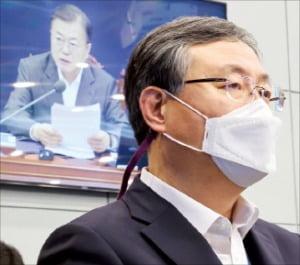 신현수 민정수석이 22일 수석·보좌관회의에서 문재인 대통령의 발언을 듣고 있다.   연합뉴스