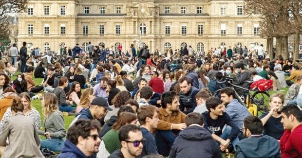 <파리 시민들, 더는 참기 어려웠나?> 미국 내 코로나19 사망자가 50만 명을 넘어선 가운데 21일(현지시간) 프랑스 파리에 있는 룩셈부르크공원에서 사람들이 마스크를 끼지 않은 채 쉬고 있다. AFP연합뉴스
