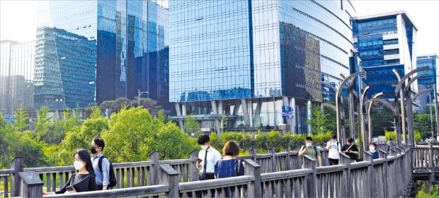 '한국의 실리콘밸리'로 불리는 경기 성남시 판교 IT밸리 전경. 판교역 인근을 거점으로 네이버, 카카오를 비롯한 유수의 IT 기업이 밀집해 있다. 국내 개발자의 상당수가 이곳에서 프로그램 개발 업무를 수행하며 경력을 쌓는다.  한경DB