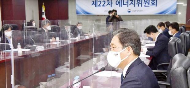 <'에너지委' 주재한 성윤모 장관> 성윤모 산업통상자원부 장관(오른쪽 맨 앞)이 22일 서울 무역보험공사에서 에너지위원회를 주재하고 있다.  김영우 기자 youngwoo@hankyung.com