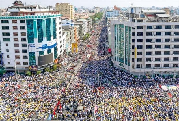< 수백만명 거리로…분노한 '미얀마 民心' > 지난 1일 미얀마 군부 쿠데타가 일어난 뒤 4주째로 접어든 22일, 미얀마 전역에서 수백만 명이 쿠데타 반대 시위에 참가했다. 20일 미얀마 최대도시 양곤 등에서 경찰이 쏜 총에 시위 참가자 두 명이 사망한 뒤 시위 규모는 더 커지고 있다. 이날 미얀마 제2의 도시 만달레이에서 시민들이 쿠데타 반대 시위를 하고 있다.  AFP연합뉴스
