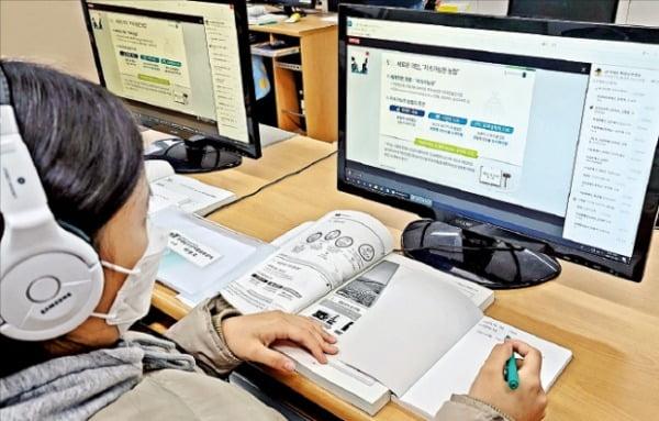 한 고등학생이 한국농수산식품유통공사(aT)의 '고교 오픈캠퍼스'를 통해 비대면으로 농업 관련 교육을 받고 있다.  aT 제공