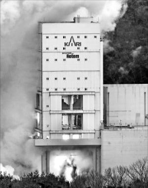 25일 전남 고흥 나로우주센터에서 한국형 발사체 '누리호'의 1단 추진기관 2차 연소시험이 진행되고 있다.  연합뉴스