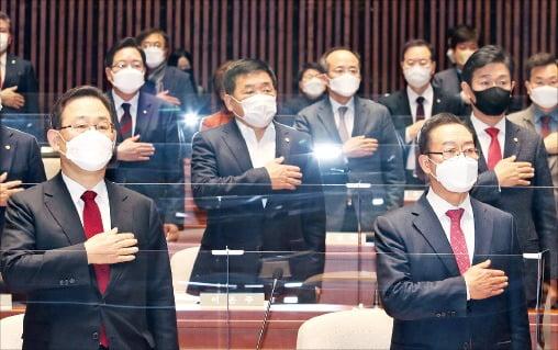 < 국민의힘 의총 > 주호영 원내대표(앞줄 왼쪽) 등 국민의힘 의원들이 26일 국회에서 열린 의원총회에서 국민의례를 하고 있다.       국회사진기자단