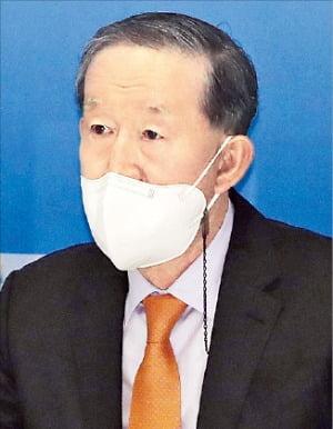 제38대 전경련 회장에 선임된 허창수 GS그룹 명예회장이 26일 열린 총회에서 소감을 말하고 있다.  /김범준 기자 bjk07@hankyung.com