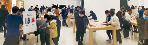중국 베이징 시민들이 지난 27일 차오양구의 다웨청 쇼핑몰 애플 매장에서 쇼핑을 즐기고 있다. 입장 인원을 제한한 애플 매장엔 코로나19 사태 이후 1년여 만에 대기줄까지 생겼다. 강현우 특파원