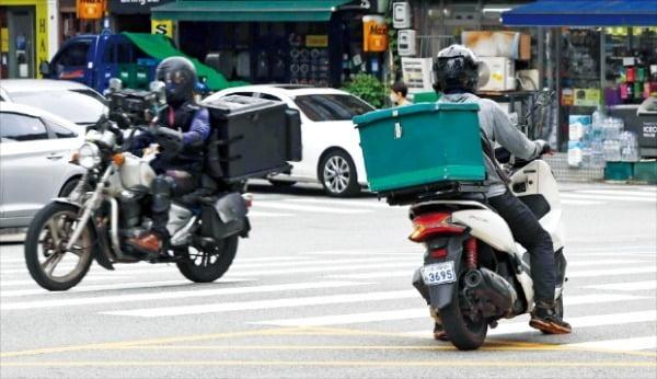 코로나19로 크게 확대된 배달앱 시장에 각 지방자치단체가 잇달아 공공배달앱을 내놓고 있다. 사진은 서울 시내의 한 교차로에서 배달 오토바이들이 달리고 있는 모습.   한경DB