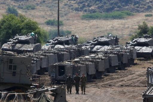 2018년 5월 시리아와 이스라엘간 군사 긴장 상태 당시 골란고원에서 이스라엘 군인들이 장갑차량 주변을 거닐고 있다/사진=AP