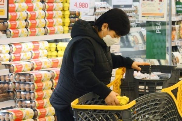 대형마트를 비롯한 유통가가 대다수 매장의 영업시간 연장에 나섰다. 정부가 15일부터 신종 코로나바이러스 감염증(코로나19) 확산을 막기 위한 '사회적 거리 두기' 단계를 완화하면서 정상화 수순을 밟는 모습이다. 사진은 서울 성수동 이마트에서 소비자들이 계란을 고르고 있는 모습.  사진=강은구 한국경제신문 기자 egkang@hankyung.com