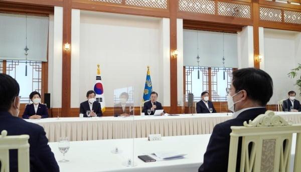 문재인 대통령이 지난 19일 청와대 본관에서 열린 더불어민주당 지도부 초청 간담회에서 모두 발언을 하고 있다. /청와대사진기자단=허문찬 기자 sweat@hankyung.com