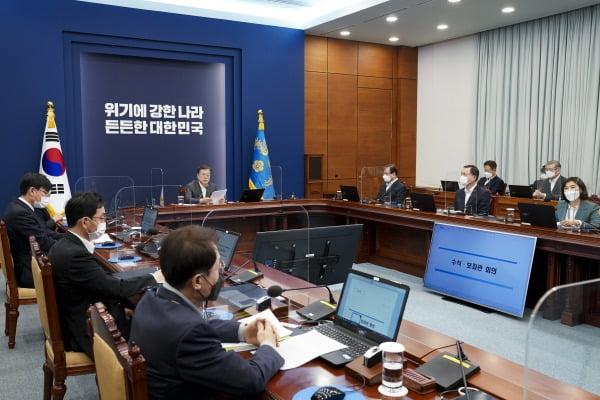 문재인 대통령이 22일 오후 청와대 여민관에서 열린 수석·보좌관회의에서 머리발언을 하고 있다. 청와대사진기자단.