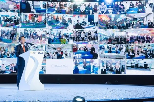 (사진) 진옥동 신한은행장이 1월 22일 열린 '2021년 경영전략회의'에서 발언하고 있다. /신한은행 제공