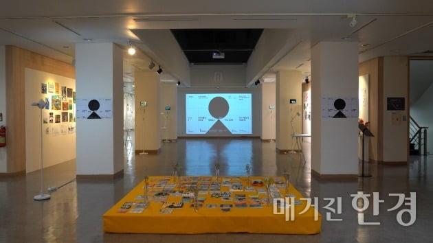 △2020년 12월 21일부터 31일까지 진행된 전시회 '나는 태양에게 다시 인사하겠다'의 모습. 해당 전시회는 '3D 쇼케이스' 방식으로 진행됐다.