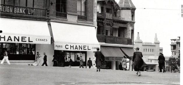 1913년 프랑스 도빌 매장 앞에 선 샤넬 /샤넬 코리아 제공