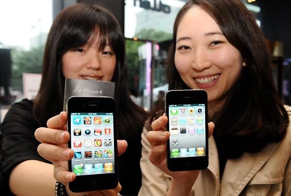아이폰4가 국내 출시된 10일 서울 광화문 KT사옥 올레스퀘어에서 고객들이 아이폰4를 시연하고 있다./신경훈 기자 nicerpeter@..