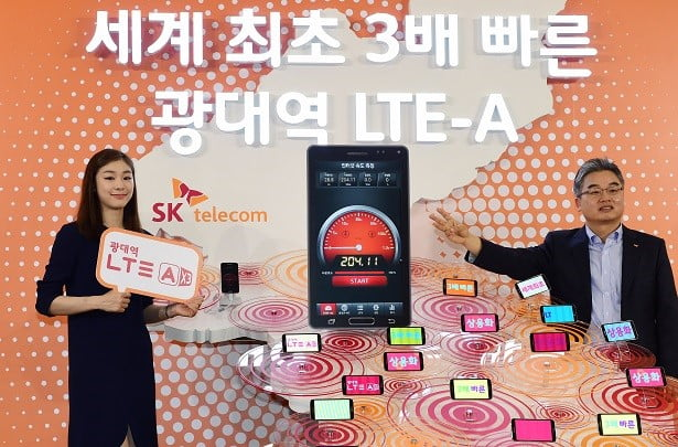 SK텔레콤은 19일 기존 LTE 보다 3배 빠른 '225Mbps 광대역 LTE-A' 서비스를 세계최초로 상용화했다. 이날 오전 SK텔레콤의 새 광고모델인 김연아(왼쪽)와 이종봉 SK텔레콤 네트워크부문장(오른쪽)이 서울 중구 을지로 T-타워에서 '광대역 LTE-A 서비스'의 개시를 알리는 한반도 구조물과 단말기를 배경으로 포즈를 취하고 있다 /김병언 기자 misaeon@20140619..