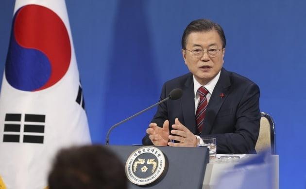 문재인 대통령은 1월 18일 신년 기자회견에서 세대수 증가를 집값 상승의 원인으로 꼽았다. /연합뉴스