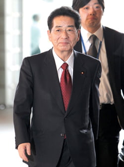 ** CORRECTS TYPO IN FAMILY NAME ** Chief Cabinet Secretary-elect Yoshito Sengoku arrives at the prime minister's official residence in Tokyo, Japan, Tuesday, June 8, 2010 as Japan's incoming Prime Minister Naoto Kan is set to name his new Cabinet, keeping key members in place as the ruling party looks to restore voter confidence ahead of next month's elections. (AP Photo/Shizuo Kambayashi)/2010-06-08 13:52:41/