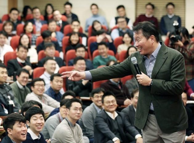 최태원 SK그룹 회장이 2019년 7월 열린 '행복토크' 행사에서 임직원과 대화하는 모습. /SK 제공