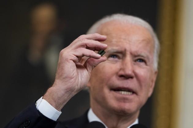 조 바이든 미국 대통령은 2월 24일 백악관에서 반도체 등 4개 품목의 공급망에 대한 검토를 지시하는 행정명령에 서명했다. / 연합뉴스