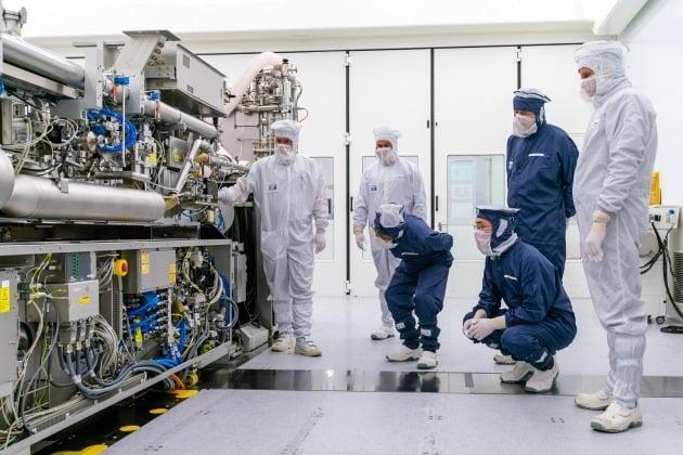 이재용 삼성전자 부회장이 네덜란드 에인트호번에 위치한 ASML 본사를 찾아 김기남 삼성전자 DS부문장 부회장과 EUV 장비를 살펴보고 있다. / 연합뉴스