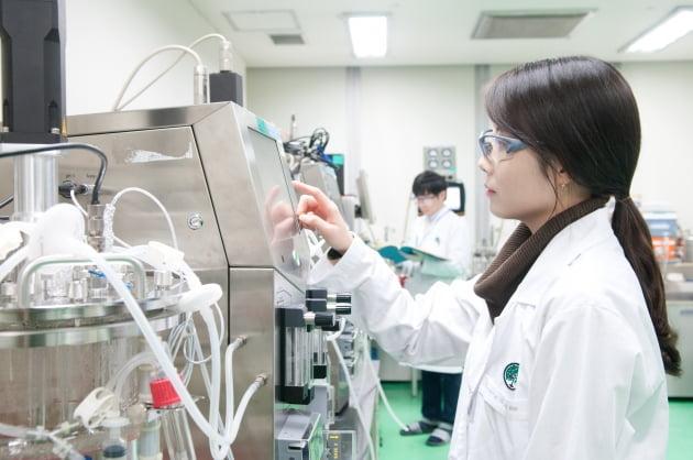 (사진) 유한양행 중앙연구소 연구원. /유한양행 제공