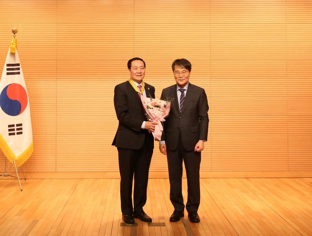 주중대사관, 세계한인의날 훈포장…조선족 교포 동백장 수상